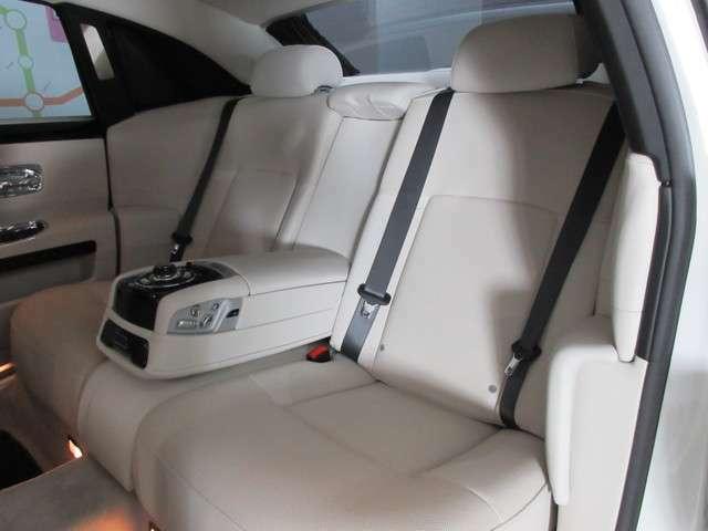 ◆ドライバー志向の強いモデルですが後席に関しても快適性は損なわれておらず左右独立のモニターや、リクライニング&スライド機能などが備わります◆