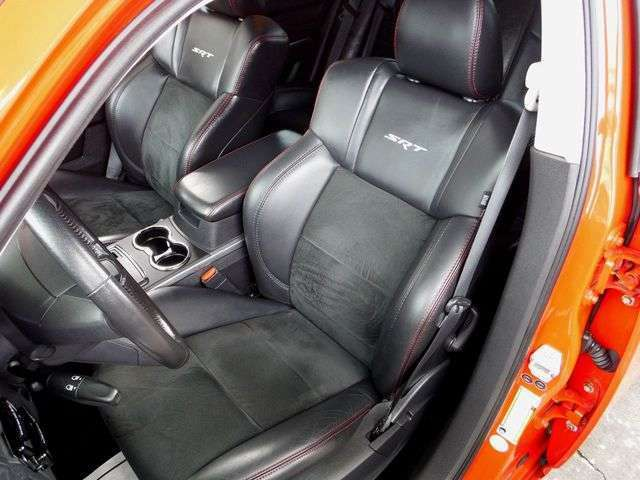SRT8専用全席レザーシートで、運転席はパワーシートとシートヒーターを装備しております。