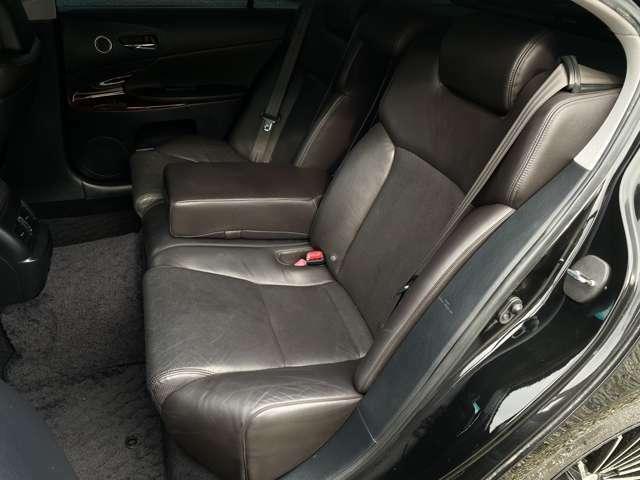 左右のシートがそれぞれ、ソファのように座った方の体を包み込んでくれます♪乗り心地の良い車です♪後席シートも綺麗なので、気持ちよくお乗りいただけます♪