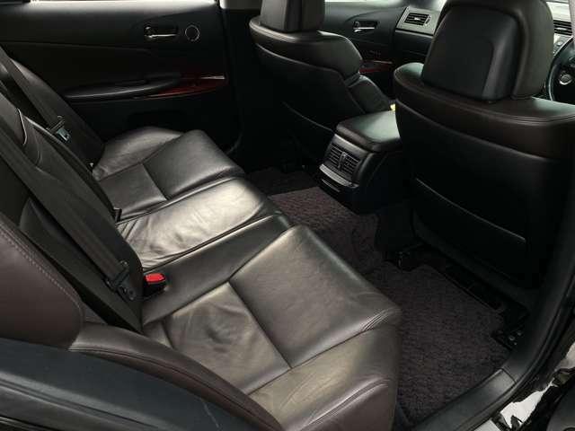 ご覧の通り、足元のスペースは十分にございますので、後席の方も窮屈感なくドライブをお楽しみいただけるかと思います♪汚れがちなフットマットもキレイ♪