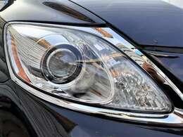 ヘッドライトも綺麗♪プロジェクターヘッドライトはHID♪より遠くを明るく照らしてくれので、暗い夜道も安心です♪鋭いデザインが特徴的な車両です♪