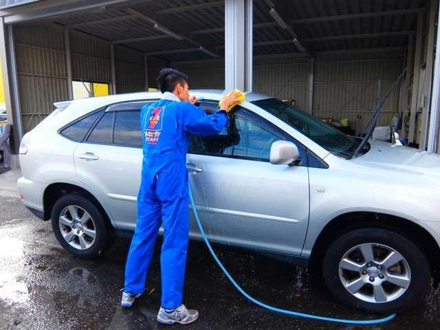 洗車機など使わずに1台1台手洗いでお車を納車前に綺麗致します!
