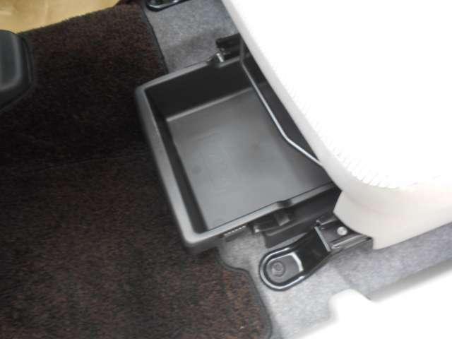助手席シート下にも収納ボックス装備です^^