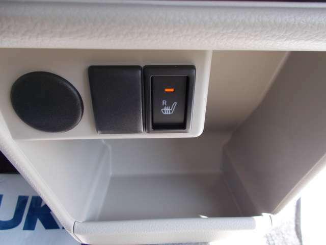 シートヒータースイッチ☆運転席にはシートヒーターを装備しています☆寒い冬にはシートをじんわり温めてくれてドライブも快適ですよ☆エアコンの暖房より早く温まってくれるので重宝しますよ☆冷えは女性の大敵です