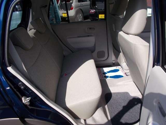 リヤシートも意外とゆったり座れますよ☆ISOFIX対応チャイルドシート固定用アンカーが付いていますのでチャイルドシートを載せて赤ちゃんとドライブもできますよ!