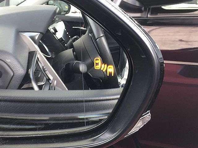 死角に車が接近したときにお知らせてくれるブラインドスポットモニター機能がついています。