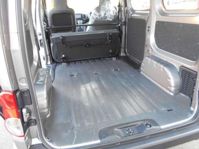 後部座席を倒すと少し長さのある荷物も積載することが出来ます。
