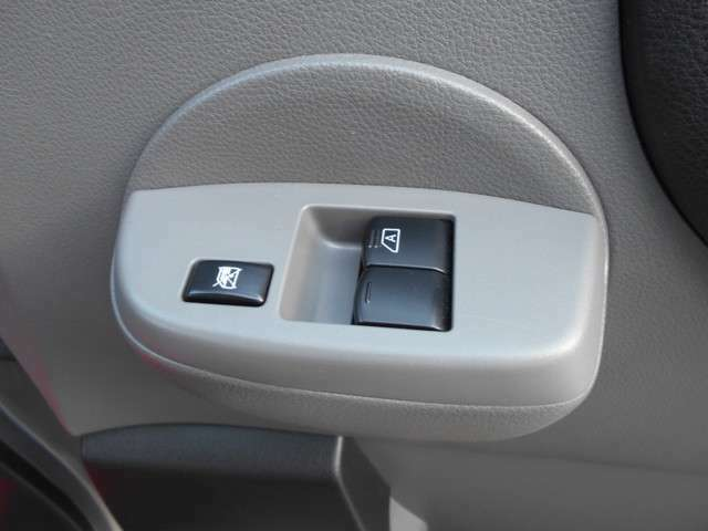 前席はパワーウィンドウとなっています。運転席はオートになっているのでワンタッチ開閉することが出来ます。