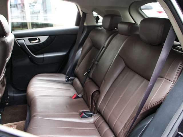 後部座席もゆったりとしており 綺麗で張りもあります