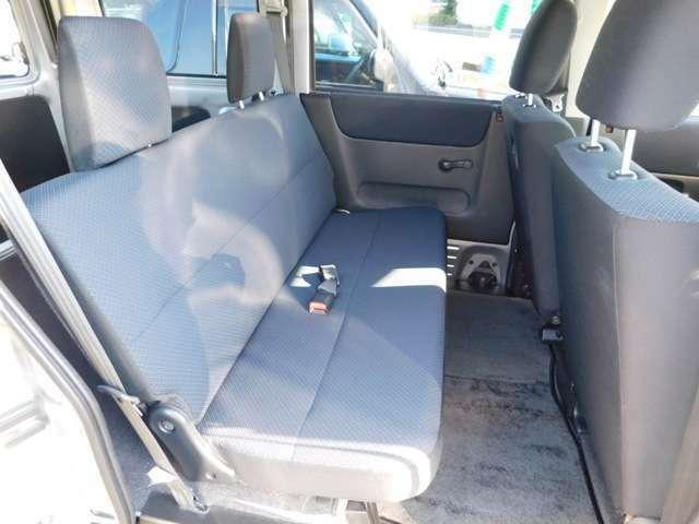 リヤシートは、貨物車特有のフラットなシートになります^^