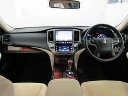 フロントシートはゆったり室内で運転もしやすくなっております。高級感もあり使い勝手の良い配置も考えられています。