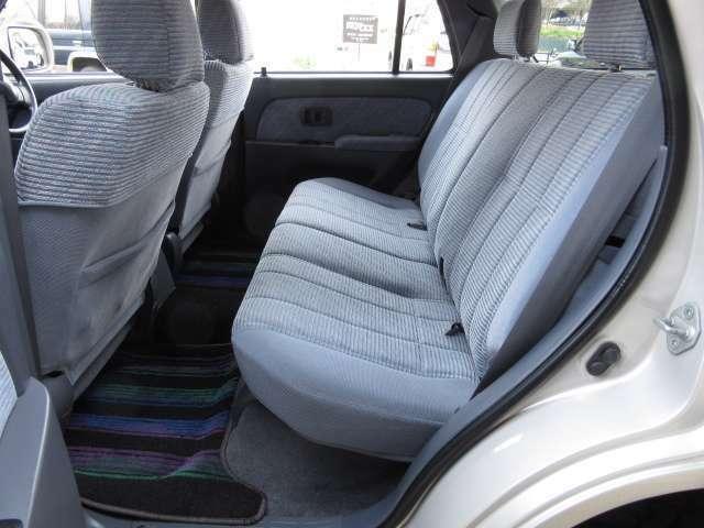 折り畳み収納も可能な後部座席☆ 広々としていて快適です♪ 横幅も十分にあり男性でもゆったり座れます♪ ソフトな乗り心地ですので御子様を乗せてファミリーカーとしての御利用にもバッチリです☆