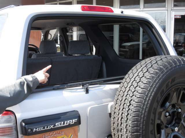 185サーフはトランクの窓ガラスがパワーウインド式になっており開閉します♪ アウトドアや買物時などに、何かと便利な機能です(^^)