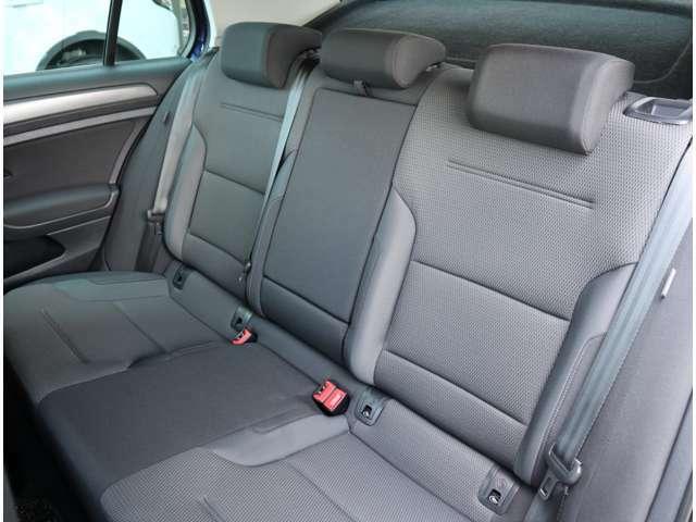 リアシート 後部座席には全席3点固定式のシートベルトを完備。さらにはカーテンエアバッグを標準装備し、大切な家族の安全を守ります。(14/30枚)
