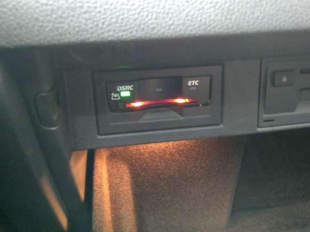ETC車載器は助手席グローブBOX内に配置。ETCの状態はナビ画面に表示されます。