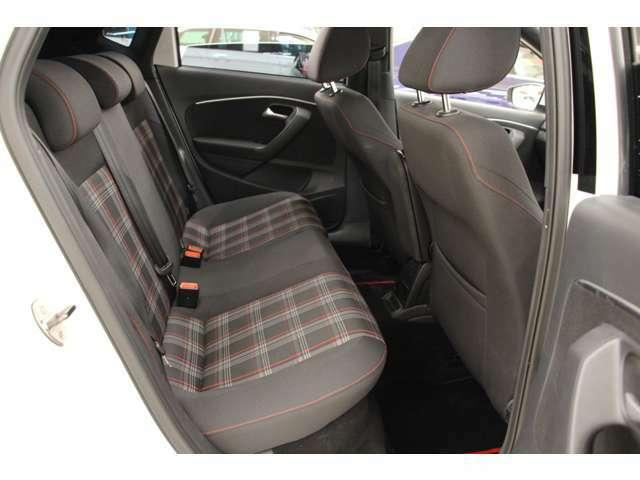 後部座席も同様のデザインが施されています。