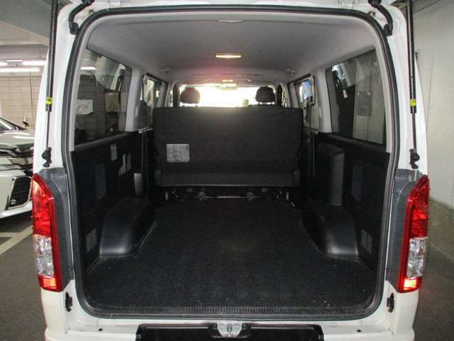5人乗りでも写真のように広い空間を荷室として利用可能☆