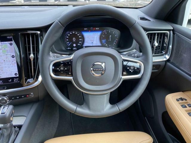 先進の機能『レーンキープアダプティブクルーズコントロール』も標準搭載。長距離の高速移動から渋滞時の低速走行時まで、手元のボタン操作ひとつで先行車両を自動追尾。安全快適にお過ごしいただけます。