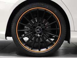 【AMGアルミホイールでオレンジのアクセント】19インチ AMGマルチスポークアルミホイール マッドブラック/リムオレンジを装着。オレンジのラインがセンスを光らせるホイールです!