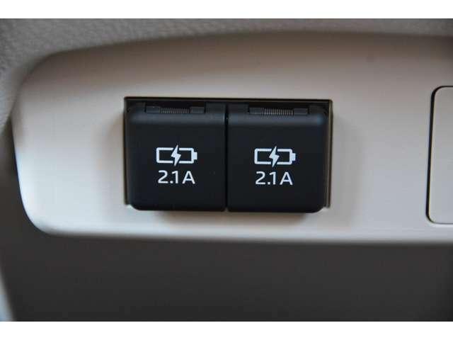 充電用USB端子2個付き!スマートフォンやタブレットの充電ができるよう、センターコンソール中央部のパネルに、USB端子を2個設定しています^^