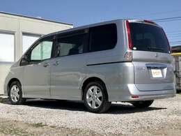 【プライバシーガラス】車外から車内を見えにくくしてプライバシーを保護してくれます。日焼けの原因の紫外線を反射し、日光の遮断もしてくれるので車内温度の上昇もおさえてくれ、エアコンも効きやすくなります。