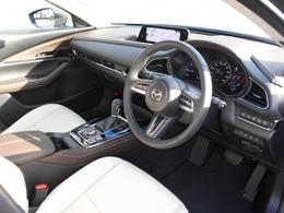 ブラック&ブラウンのコントラストが上品なインパネにホワイトレザーのシートが加わり、上質でセンスの良いコクピット!使用感も少なく、試乗車ですのでもちろん禁煙車です!