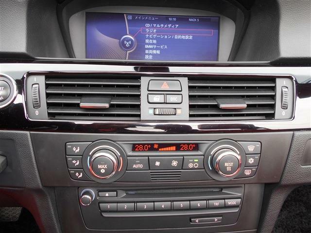 ACスイッチやオーディオ、シートヒーターやPDCのスイッチが集約されています。使いやすくシンプルなので輸入車が初めてというかたでも安心してお使いいただけます。モニターではナビや車両情報も見れますよ。