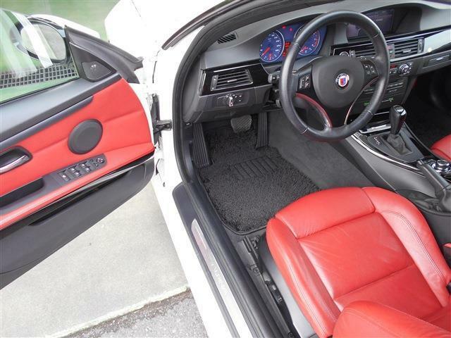 オープン時に映えるインパクトのある赤いレザーのスポーツシートを装着していて、背もたれにはアルピナエンブレムも付いており座っただけで特別な車だと感じることができ,質感にも満足いただけると思います。