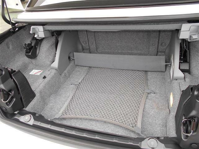 オープン時にハードトップを収納するトランクは男心をくすぐるギミック感が溢れており綺麗にルーフを格納します。クローズドボディーの時は普段使いでは十分なスペースを持っていますよ。