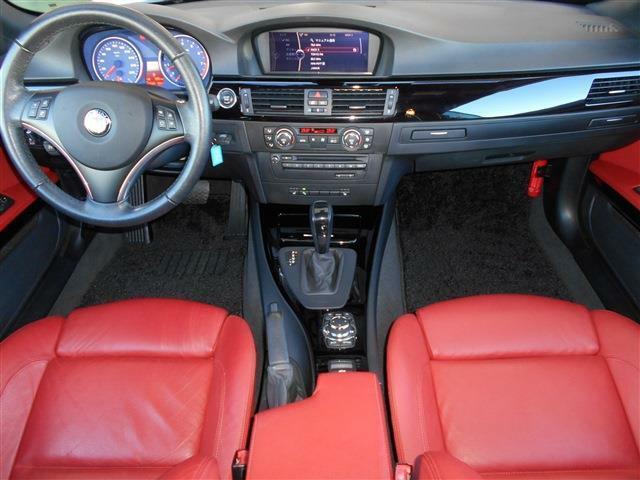 光り輝くブラックパネルに赤いレザーが映えています。これぞアルピナという雰囲気で走りだけでなくインテリアもとてもお洒落に纏められています。この車で是非ロングクルージングをお楽しみ下さい。