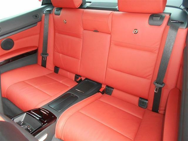 後席は2座面とすることで2ドアクーペとは思えない空間が確保されており、後席用エアコン吹き出し口やドリンクホルダーも装備していますよ。前席肩部には後席乗り降り用に電動スライドスイッチが付いています!