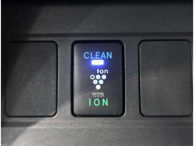 お肌や髪に優しい水に包まれた弱酸性の「ナノイー」を運転席側のエアコン吹き出し口から放出します。