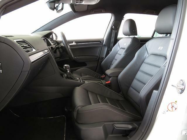 上質な本革を使用したトップスポーツシートは優れたホールド性と快適さを高いレベルで両立。運転席と助手席は3段階の温度調節可能なシートヒーターを内蔵。