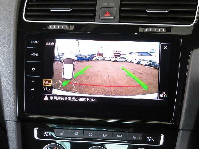 ギアをリバースに入れると車両後方の映像を映し出します。画面にガイドラインが表示され、車庫入れや縦列駐車などの際に安全確認をサポート。カメラは、テールゲートオープナーであるリアエンブレムに内蔵されていま