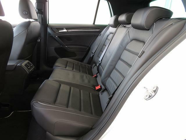 後席も一人一人のニーススペースを確保。快適なドライビングをお楽しみいただけます♪