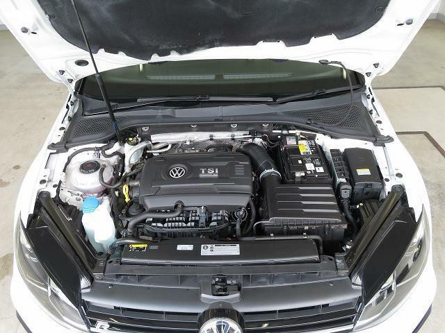 2.0TSI エンジン: 現存するエンジンの中で最もパワフルなものの一つにあげられるGolf Rのエンジン。モータースポーツ用エンジンに匹敵する開発プログラムが適用されました。