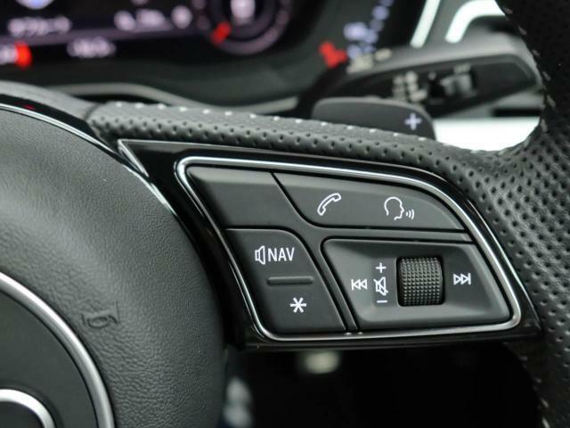 ステアリングに付いているマルチファンクションボタンでオーディオ機器などの操作ができます。