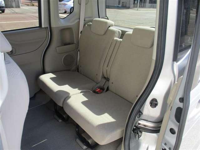【リヤシート】 後部座席もゆったりと快適に座れます。