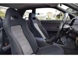 シートもレーシーな雰囲気漂うシートで全体を支えるように考慮されております^^。