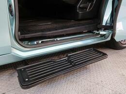 【オートステップ】ドアの開閉に直動してステップが出入する乗降に便利な補助ステップです。ステップの間隔を小さくし乗降負担を少なくします。走行中は車両床下に格納させます。