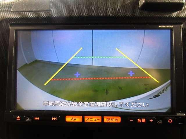 ナビゲーションの画面に連動したバックモニターが付いて車庫入れ苦手な人でも後方の確認が出来て安心して駐車することが出来ます!