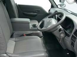 【運転席、助手席】真ん中に大型アームレスト(肘掛け)付いてます。