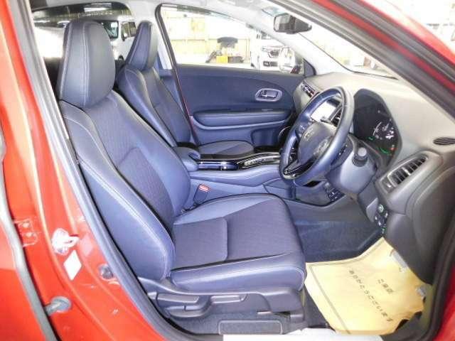 運転席は、大きな座面と包み込むような背もたれがドライバーの身体全体をしっかり支えます。長時間の運転やコーナーの多い道も快適です。
