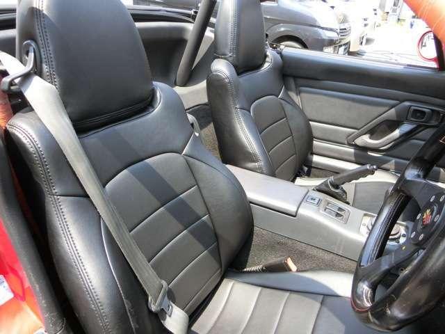 N様に渡ってからの10年間に更にキレイに快適になって帰ってきました。その一つにシート!特に汚れや切れなどなかったのですが、後期の純正シートは布なのですが、こだわりのブラックレザーシートに張替え!