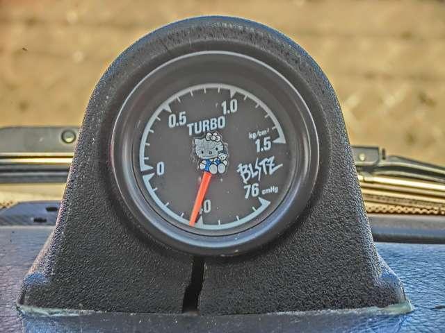 BLITZ製ブースト計!!ブースト1.1キロで9,000回転超えてもたれずに加速し続けた記憶がございます。ポート形状に拘って出来るだけ真っすぐ太く鏡面に仕上げてあります。