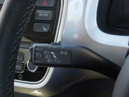 オートクルーズコントロール。ターンシグナルレバーに配置されたスイッチ一つで、アクセルを踏まなくても一定の走行速度を維持。高速道路などでドライバーの疲労を軽減します。