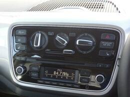 VW純正オーディオRCD215。AMFMラジオ、CDプレーヤー、CD-RCD-RW(MP3オーディーファイル)再生。外部入力端子付き。そして操作のしやすいダイヤル式のエアーコンディショナー。