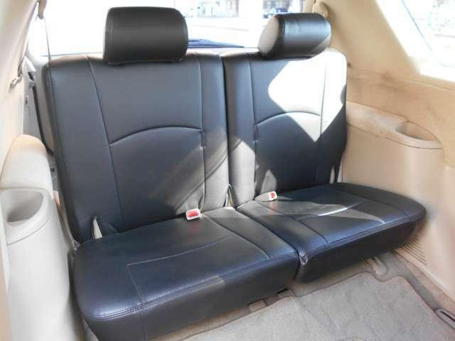 サードシートも足元はゆったりとしておりますので快適にお過ごしいただけます!