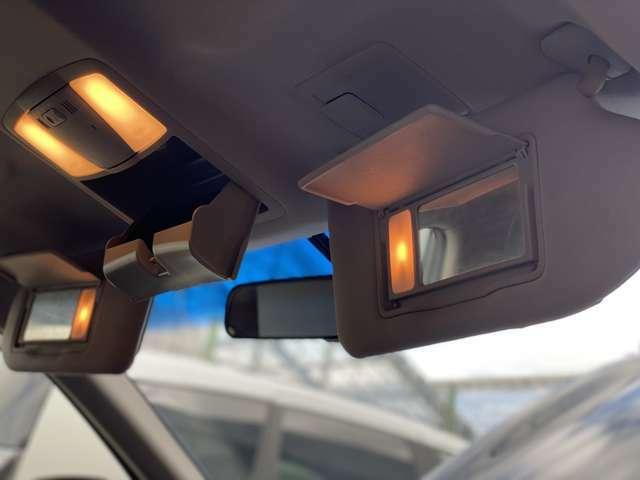 自動でライトが点灯、便利なバニティーミラー☆