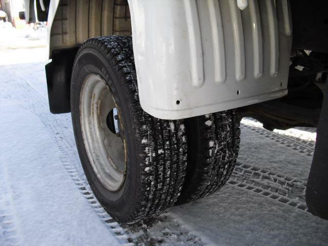 後輪は小径ですがダブル仕様で対応。荷台荷重をシッカリ支えます